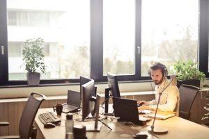 Backoffice Mann Büro Telefonannahme Laptop