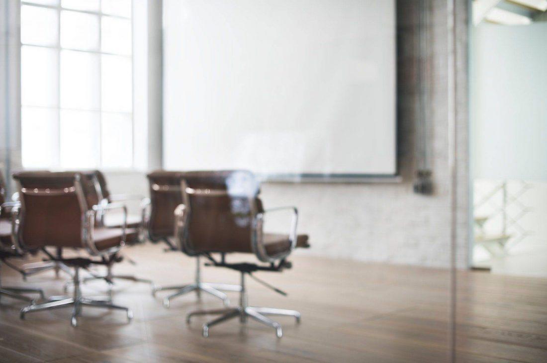 Virtuelles Büro Leinwand und Stühle